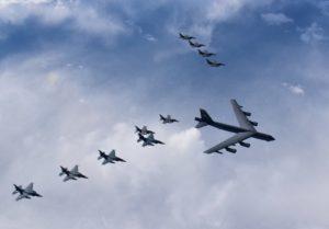 米空軍B52戦略爆撃機と共同訓練を行う航空自衛隊F15戦闘機(2020年版防衛白書より)